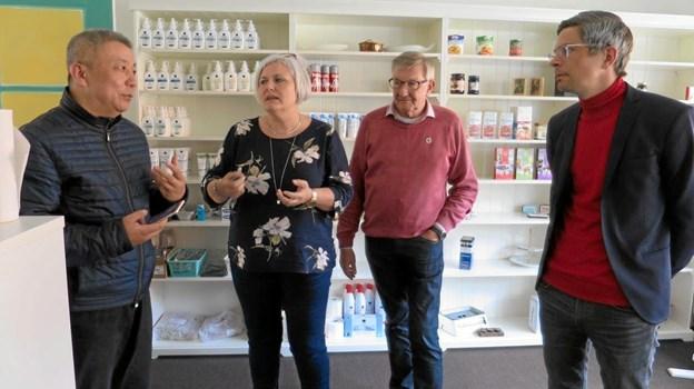 Patrick blev vist rundt på Skovgården af leder Dorthe Lynge, udvalgsformand for regionsudvikling i Nordjylland Ole Stavad og ældrechef Tue von Påhlman. Også butikkerne på centret blev studeret og Patrick var meget imponeret. Foto: hhr-freelance.dk
