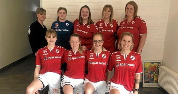Dame serie-4 fotograferet i de nye trøjer, som er sponsoreret af Spar Nord og Madværkstedet, der er repræsenteret ved Vivian Thygesen bagerst til venstre. Foto: Privat