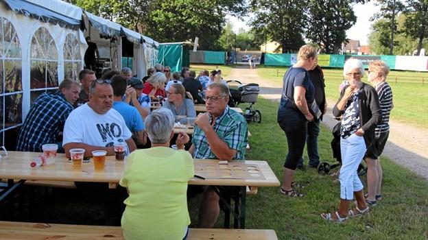 Den lune aften fik mange til at søde uden for teltet og nyde musikken herfra. Foto: Jørgen Ingvardsen Jørgen Ingvardsen