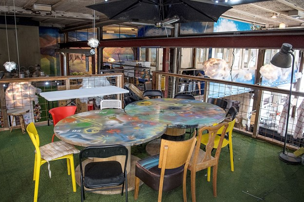 Der er blandt andet bygget et 80 kvadratmeter stort rum på 1. sal over campingvognene, det er eventsal, mødelokale og festlokale.