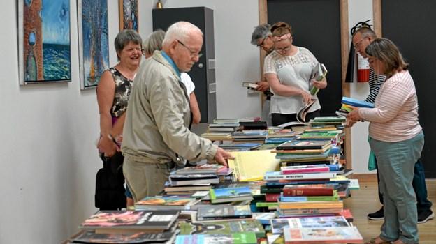 Lørdag formiddag var bibliotekets bogudsalg traditionen tro meget populært. Foto: Jesper Bøss Jesper Bøss