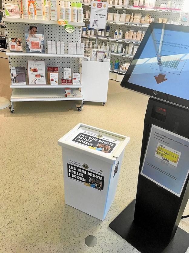 Lions Clubs indsamlingsbox til brugte briller på Løkken Apotek. ?Privatfoto