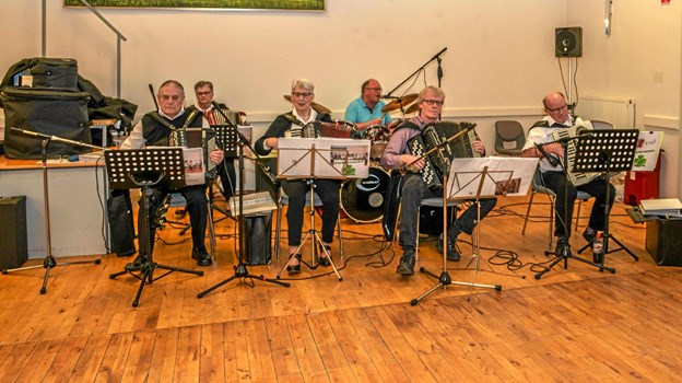 Seks mands harmonikaorkester spillede op til dans. Foto: Mogens Lynge Mogens Lynge