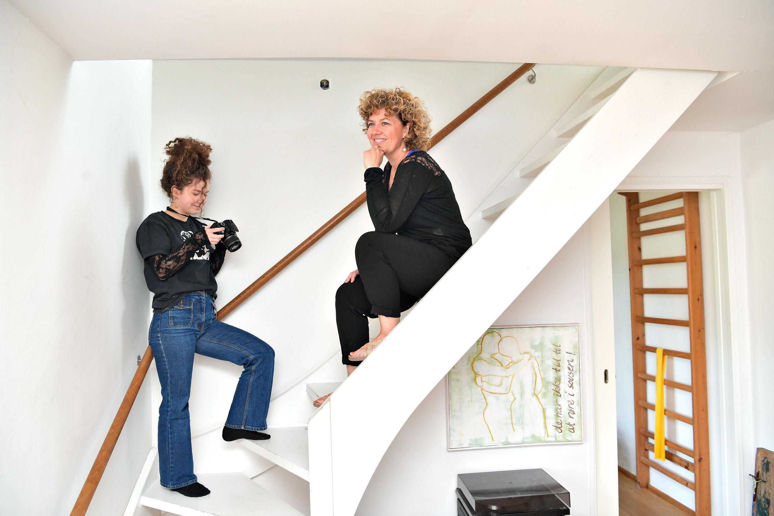 Ella Kjær Ellegaard med sin mor, Sofie Ellegaard, der er en af initiativtagerne til NEU Kunst- og Designmarked. Foto: Claus Søndberg