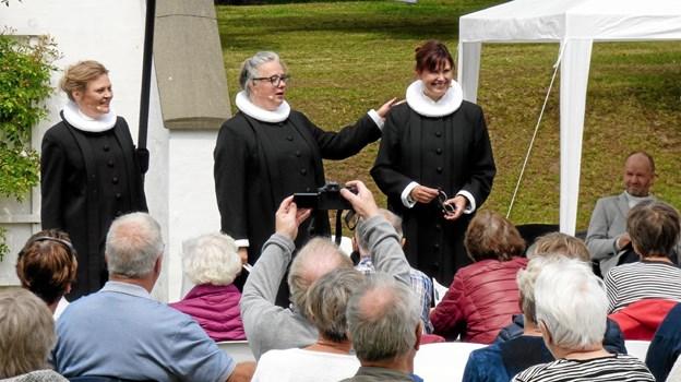 Tre lokale præster, fra venstre Iben Brejner Højgaard, Anne Bundgaard Hansen og nytiltrådte Anna Mejlhede, der får et skulderklap, stod for gudstjenesten i parken. Foto: Ejlif Rasmussen