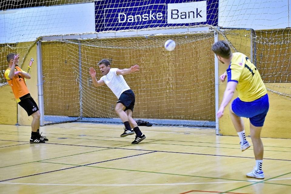 Nors og Vestthy spillede uafgjort 5-5 i deres opgør. Her scorer nr. 13 Lasse Røge til 4-3 til Nors. Foto: Ole Iversen Ole Iversen