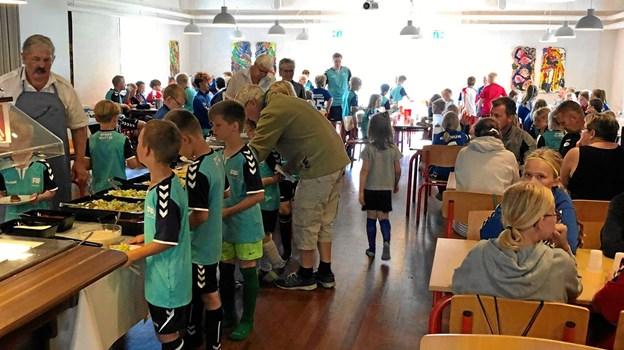 Hver dag klokken 11.30 serverede Mogens Bislev og Bente Nielsen varm mad til fodboldbørnene i vandrerhjemmets spisesal. Foto: FIF