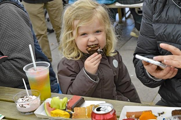 Uhmmm..frisklavede flødeboller med tykt chokolade er guf - også for børn. Foto: Ole Iversen Ole Iversen