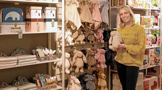 Sanne Holst er i fuld gang med at indrette butik Guldklump, så den er klar til åbningen. Det er Sanne, der primært er i forretningen i Hirtshals, mens hendes mand Martin står for Ønskebørn i Hjørring. Foto: Niels Helver