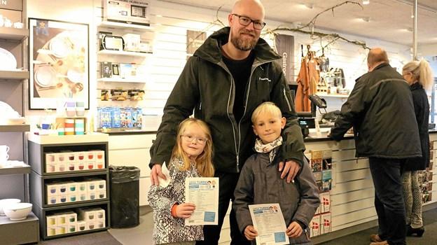 Kasper Brøndum Nielsen har taget børnene Astrid og Karl-Emil med for at købe Turpas. Da de begge går meget op i fodbold og spiller på IF Skjolds U6 og U8 hold, bliver deres førstevalg et besøg hos Kalhøj, hvor der bydes på et par Christiano Ronaldo strømper, men de skal også en tur i svømmehallen i løbet af uge 42. Foto: Tommy Thomsen