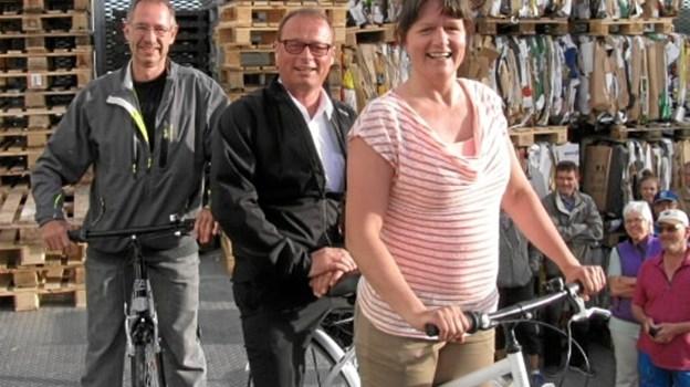 Vindere af cyklerne i årets Tour de Pedal Ole Frandsen og Solveig Madsen samt passager butikschef i Føtex, Morten Kjær. Privatfoto