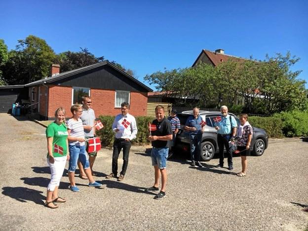 Borgere og bil stod klar til at tage imod den nye familie.?Privatfoto
