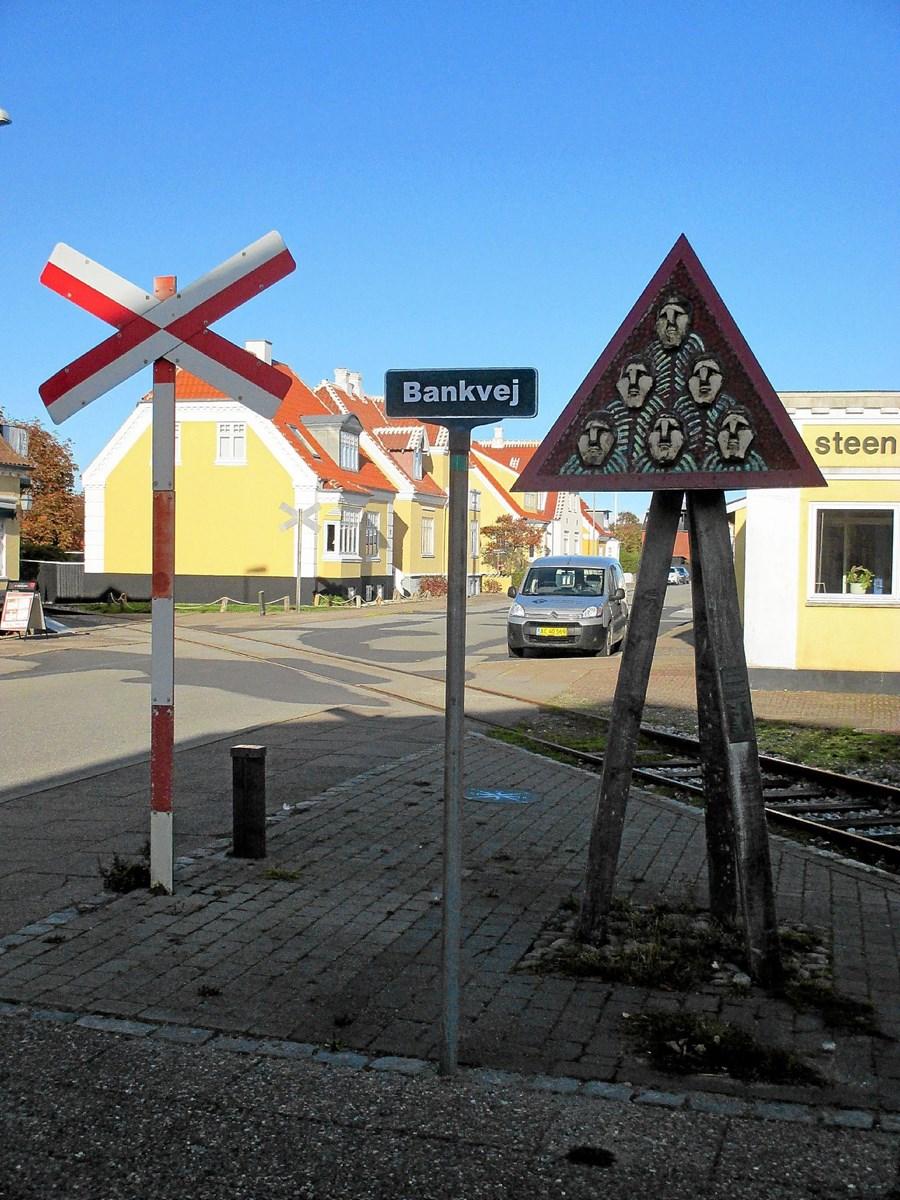 Ikke alle skulpturer i det offentlige rum er måske lige heldigt placeret. Niels Helledies 'Baake' på Østre Strandvej har ført en omskiftelig tilværelse og må nu slås med et vejskilt og en baneoverskæring om opmærksomheden.  Foto: Lokalhistorisk Arkiv Skagen