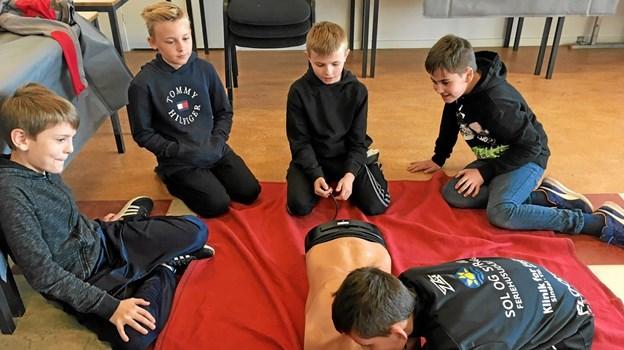 Drengene øver i hjerte- og lungeredning. Foto: Privatfoto Privatfoto