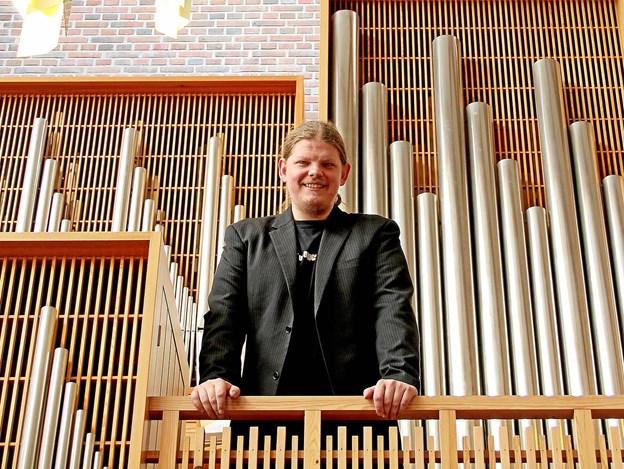 Peter Emil Ryom er her fotograferet med Bistrup kirkens orgel som baggrund. Peter har været fastansat som organist i Bistrup kirken siden 1. marts 2015 og er også leder af Bistrupkoret. Arkivfoto