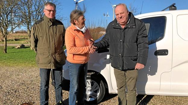 En repræsentant fra Nissan Aalborg (th.) overrækker nøglerne til e-NV200 til Jane Kruse, forstander og Tonny Brink, vindmølleingeniør, Nordisk Folkecenter. Privatfoto