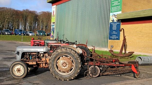 Ældre traktorer med maskiner var udstillet uden for hallen. Foto: Flemming Dahl Jensen Flemming Dahl Jensen