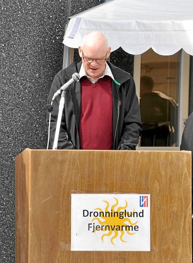 Den tidligere formand for Dronninglund Fjernvarme, Carsten Møller Nielsen, på talerstolen ved indvielsen af det store solvarmeanlæg i 2014. Foto: Ole Torp