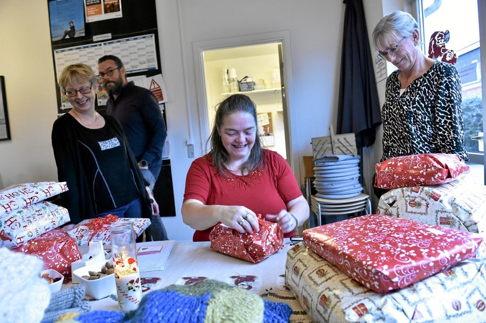 Mange julegaver skal pakkes ind. Linda Hvass indsats bliver bemærket af Rampens daglige leder Mona Jacobsen (th.) og en anden af husets frivillige Ninna Damsgaard (tv) som er i køkkenet. I baggrunden passerer Per Sixhøj forbi. Foto: Ole Iversen Ole Iversen