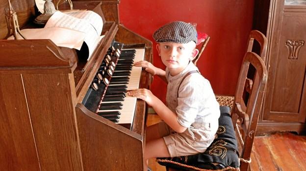 Asle prøver, om han kan få nogle toner ud af det gamle stueorgel. Foto: Niels Helver Niels Helver
