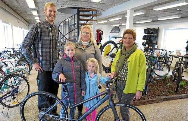 Den glade vinder ses her med sin gevinst, cykelhandler Jeppe Teisner, storsøster Julie, mor Helle og Lone Jespersen. Foto: hhr-freelance.dk
