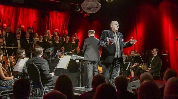 Aftenens konferencier, operasanger Jens-Christian Wandt, lovede til publikums udelte fryd yderligere syv nytårskoncerter på Kappelborg. Foto: Kim Dahl Hansen