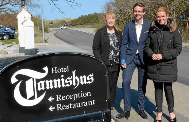 Formand for Venstre i Sindal, Annette Jensen, Karsten Lauritzen og Inger Støjberg.  ?Foto: Hanne Hvidegaard