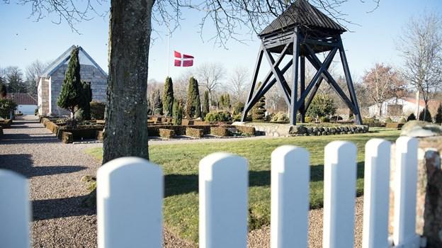 """Mosbjerg Kirke i dagslys. Når mørket sænker sig over kirke og sognegården den 2. november breder """"uhyggen"""" sig. Det er jo Halloween.  Arkivfoto: Hans Ravn"""