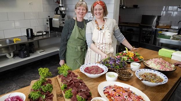 Sidste år sagde Pia Buus Nielsen sit job op for at være med i moderens firma, NaturmadThy. Nu har de lejet lokaler til en café, som de i går var klar til at åbne for gæster - med smagsprøver på nogle af de hjemmelavede specialiteter, der som sædvanligt pyntes med blomster fra naturen (som bellis og martsviol). I baggrunden ses kafferisteren, der danner grundlag for servering af den særlige 'Amtoft' kaffe.
