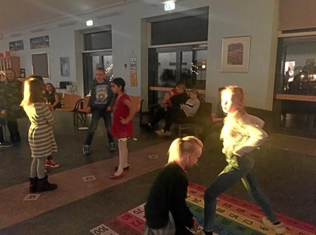 Skolefest med diskotek betød, at gangetabellen blev forvandlet til et farverigt dansegulv. Foto: Kirsten Ranum