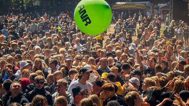 Tusindvis af festivalgæster mødte op til åbningen af scenen. Foto: Martin Damgård