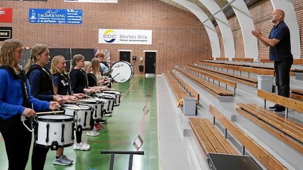 Der var masser energi i luften under hollandske René C. Schotlands gæsteoptræden som dirigent for Brovst Pigegarde op til danmarksmesterskaberne i Vejen.