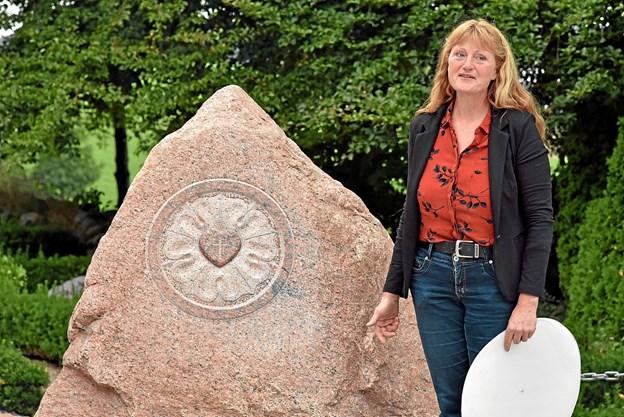Billedhugger Stinne Teglhus fortæller, hvordan hun udførte den store opgave med at skabe et kunstværk med Lutherrosen udhugget i den 3 tons stor granitsten, der er fundet i Højrup ved Horne. Foto: Niels Helver