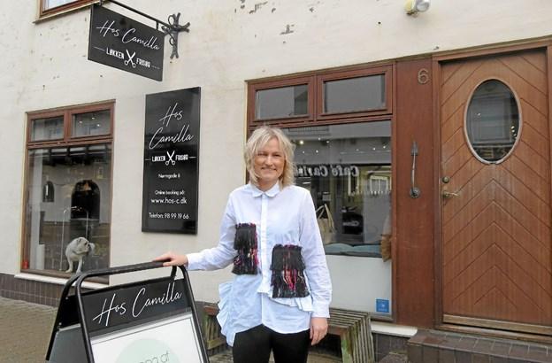 Camilla Esman med sine nye skilte. Foto: Kirsten Olsen