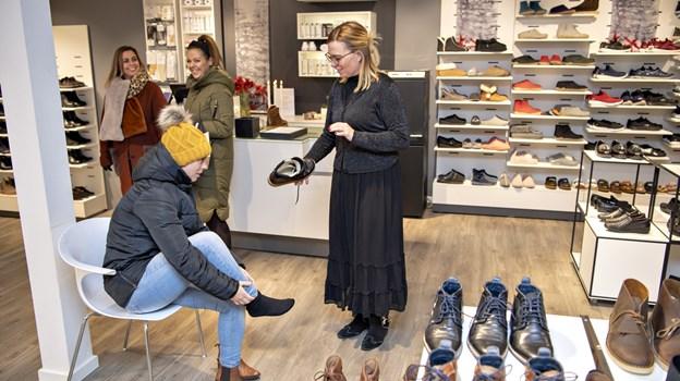 Hos Christina Østergaard i Zjoos valgte Majken nye vinterstøvler fra Nature. Foto: Kurt Bering Kurt Bering