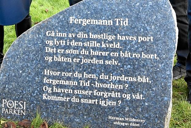 Frederikshavns norske venskabsby Larviks gave til Frederikshavns Poesipark - en tung sten med et digt af Hermann Wildenvey er nu fra sin midlertidige placering på Rådhuspladsen til sin nye ved Dynen på Banegårdspladsen.