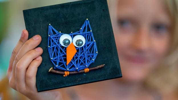Et lille fint billede af en fugl fik Frida Riis Knudsen tryllet frem med hjælp og inspiration fra Karin Christensen og Lilian Knudsen. Foto: Teis Markfoged