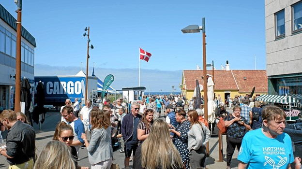 I lørdags var der et mylder af mennesker til Fiskefestivalen i Hirtshals med fiskeboder, musikunderholdning, havnerundfart med museumsskibet og kåring af Årets Bjesk. Foto: Niels Helver Niels Helver