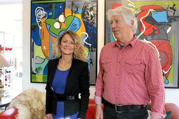 Butiksassistent Karin Pedersen og ejer Jens Valdemar Clausen glæder sig over den nye placering i byen og til at præsentere deres kunst i bedre og større lokaler. Foto: Tommy Thomsen Tommy Thomsen