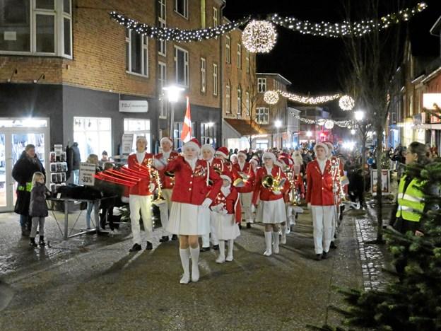 """Trafikhavnen levede også i år op til dagens navn """"Black"""" Friday, da julemanden ankom med Svanen. I aftenens mulm og mørke blev julemanden modtaget af masser af børn og voksne, samt Hadsund Skole-Orkester, der fulgte ham op på Torvet."""