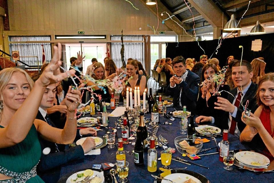 De kommende studenter ses her ved den store gallamiddag. Det er fra venstre Camilla Hedegaard, Sofie Aarup og Jakob Sthyr ved bordet for 3d. Foto: Jørgen Ingvardsen Jørgen Ingvardsen