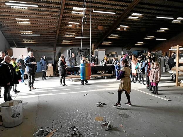 Deltagerne var krøbet indendørs på grund af vejret. Privatfoto
