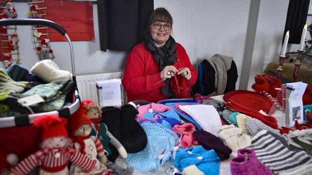 Ghita B Noermark strikkede for de værdigt trængende. 3.000 kroner er allerede kommet i kassen efter deltagelse på julemarkeder rundt i Thy. Pengene går til garn til strik til hjemløse. Foto: Ole Iversen
