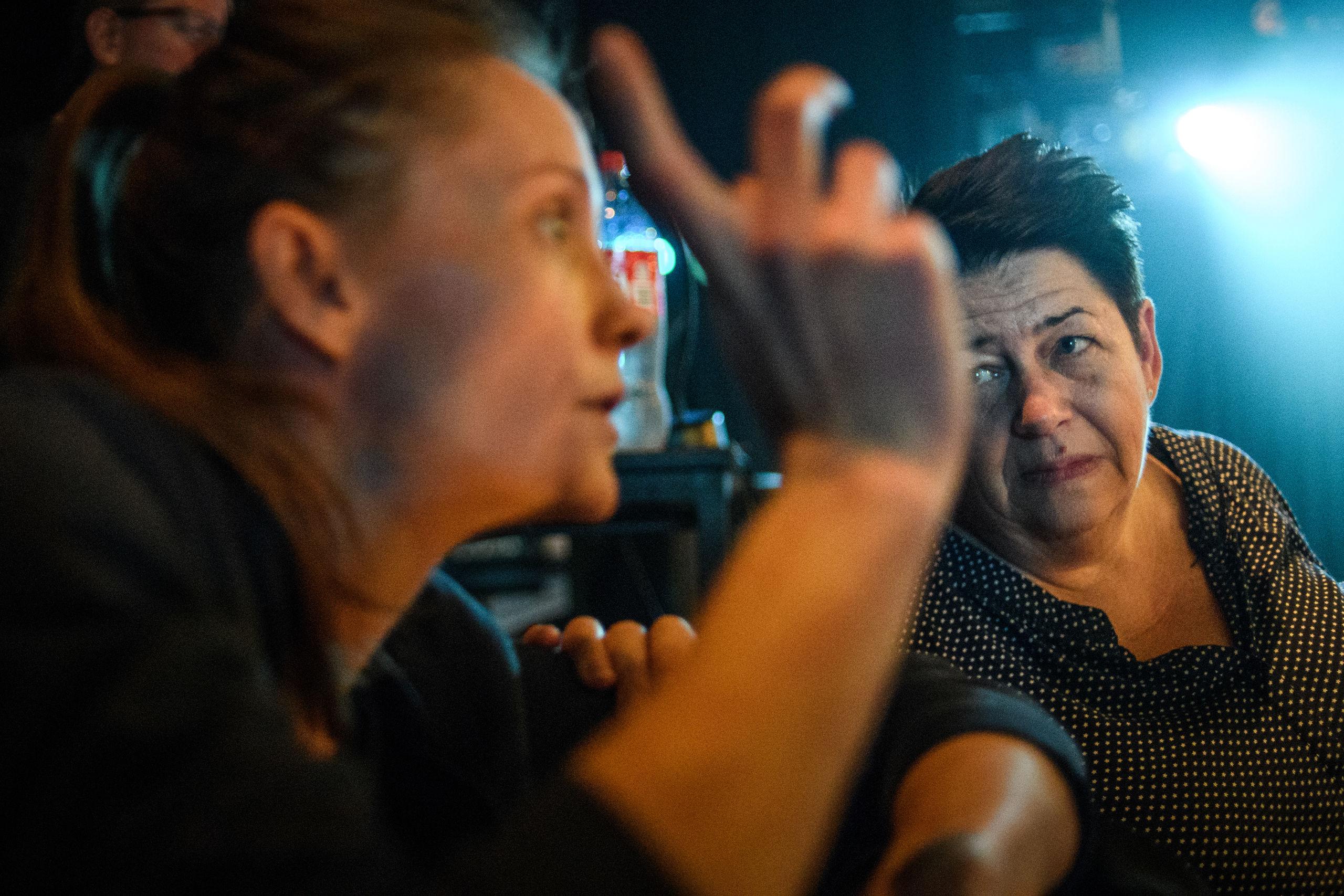 Instruktøren og den daglige leder diskuterer produktionen. Foto: Nicolas Cho Meier