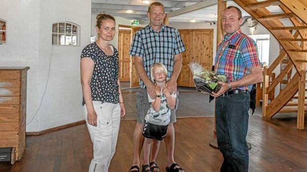 Smedemester Brian Hald (th) og Line Key Hald (tv) ses her sammen med en gratulant i Club West i Borregaard. Foto: Mogens Lynge