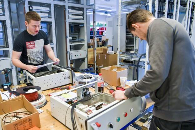 Dennis Vincent Jensen (tv.) og Rasmus Poulsen er lærlinge hos Soft & Teknik. De skal bygge en eltavle til skibet. Foto: Kim Dahl Hansen