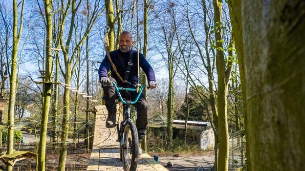 En bmx-cykel, et løbehjul og en trapez er bare nogle af de effekter, der er i brug på den nye bane. Foto: Lasse Sand