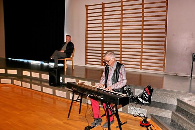 Det musikalske blev leveret af Anton Lyhne og Poul Michelsen i baggrunden fortalte om sangene. Foto: Ole Nielsen Ole Nielsen