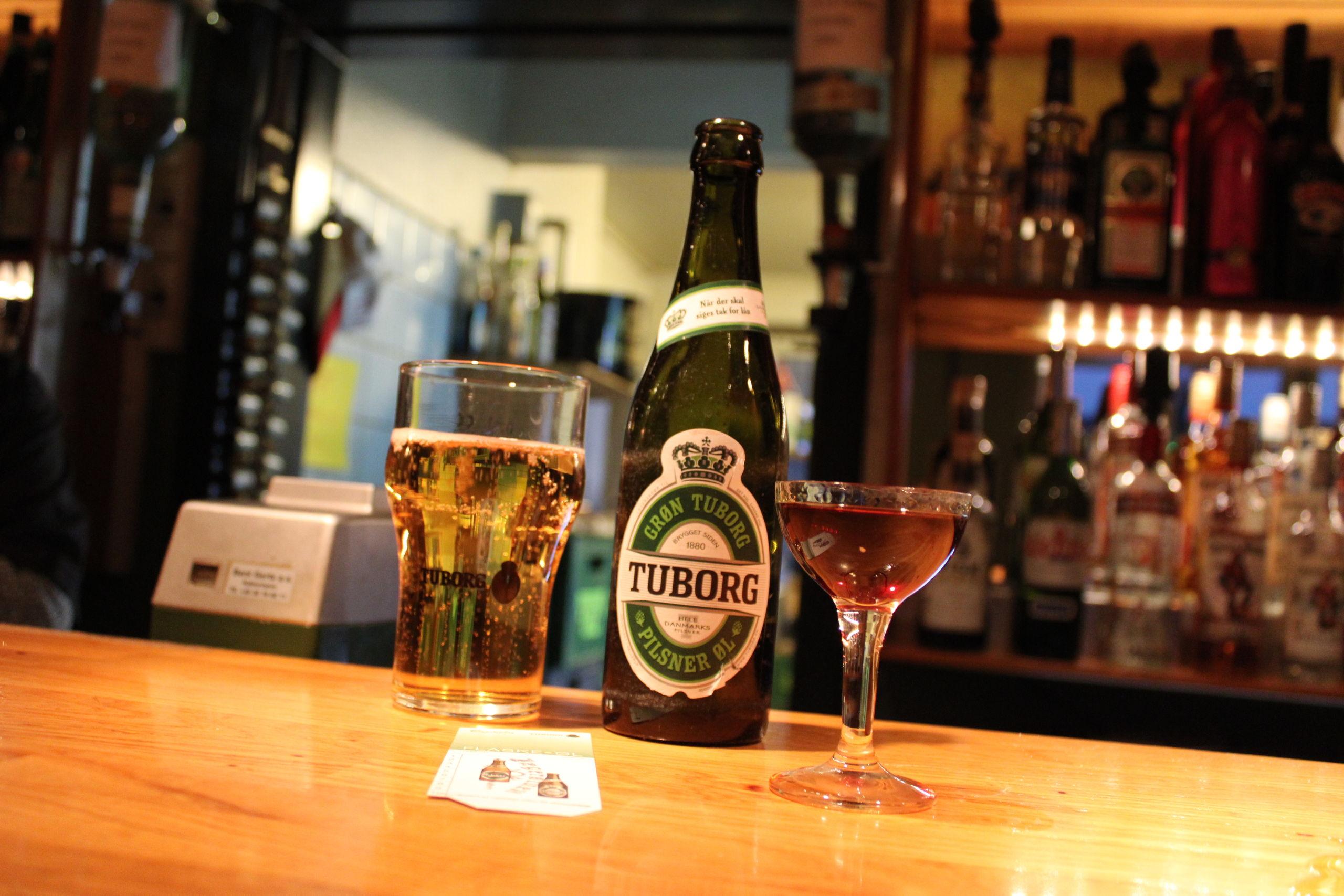 Et klassisk sæt på mange af byens brune værtshuse - En Fernet Branca og en Grøn Tuborg. Foto: Pauline Vink