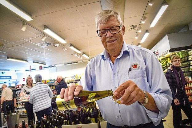 """Det samme var Ole """"Købmand"""" Sørensen - mangeårig formand for Thisted Bryghus. Torsdag delte han Guld Porse ud - som i øvrigt kunne købes til halv pris i 0,63 liters flasker. Foto: Ole Iversen Ole Iversen"""
